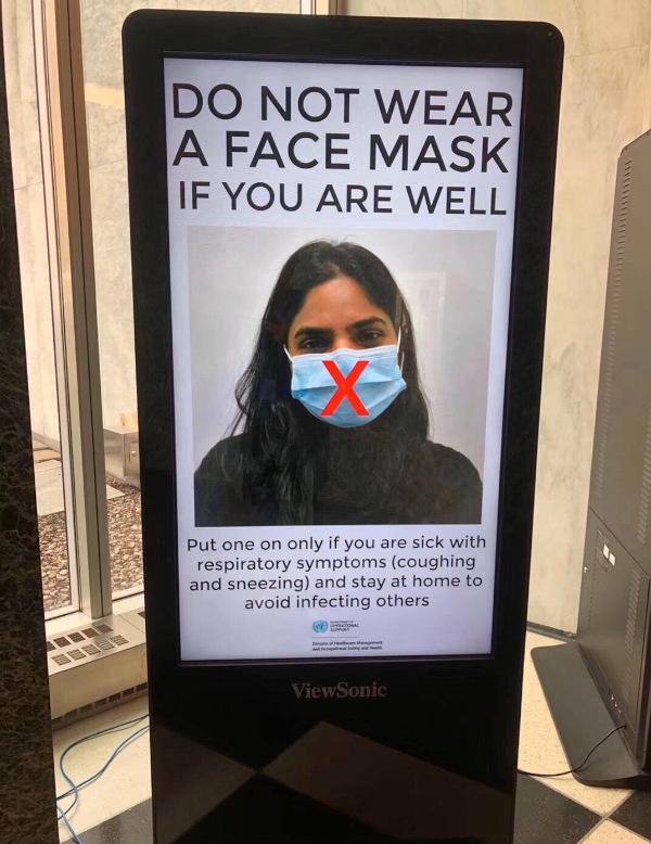 シンガポールのデジタルサイネージ。健康ならばマスクは着用するなと説教。