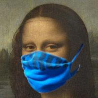 青い自家製布マスクを装着した有名なモデルさん